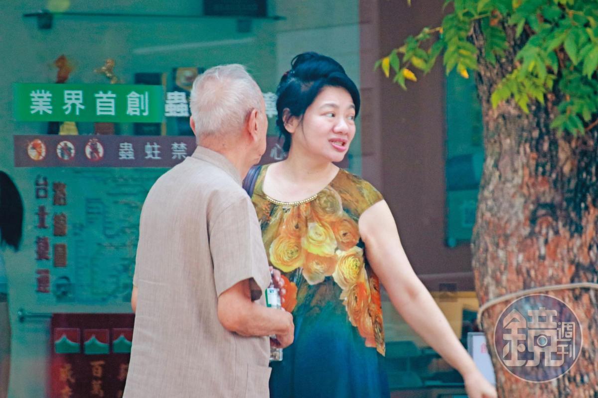 司馬中原(左)去年與陳女(右)交往,一度有意結婚,還被陳女帶去找房仲,要將上億元房產出售。