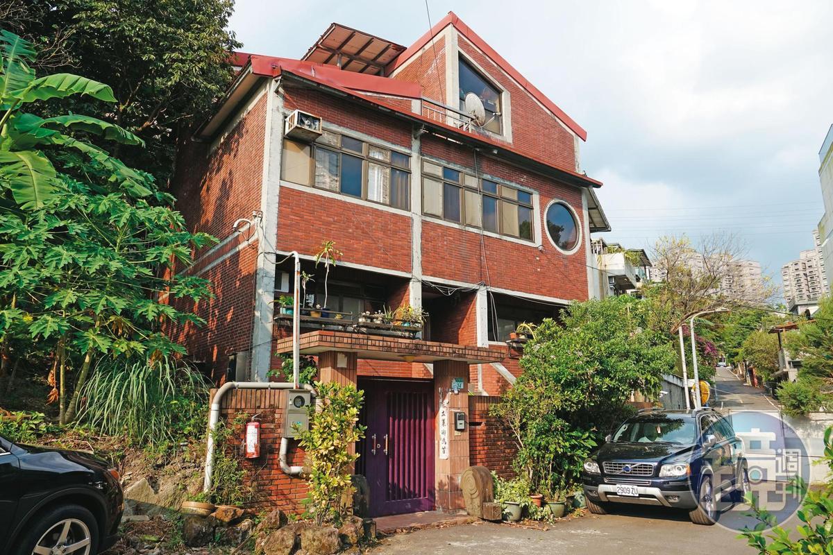 司馬中原位於台北市文山區的豪宅市值上億元,卻遭黑道覬覦,家人擔心日後房子出售也沒命可花。