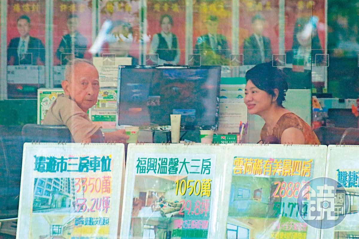 司馬中原(左)與陳女(右)去年遭本刊直擊熱戀,並一起去房屋仲介洽談賣屋,陳女現已離開司馬家。