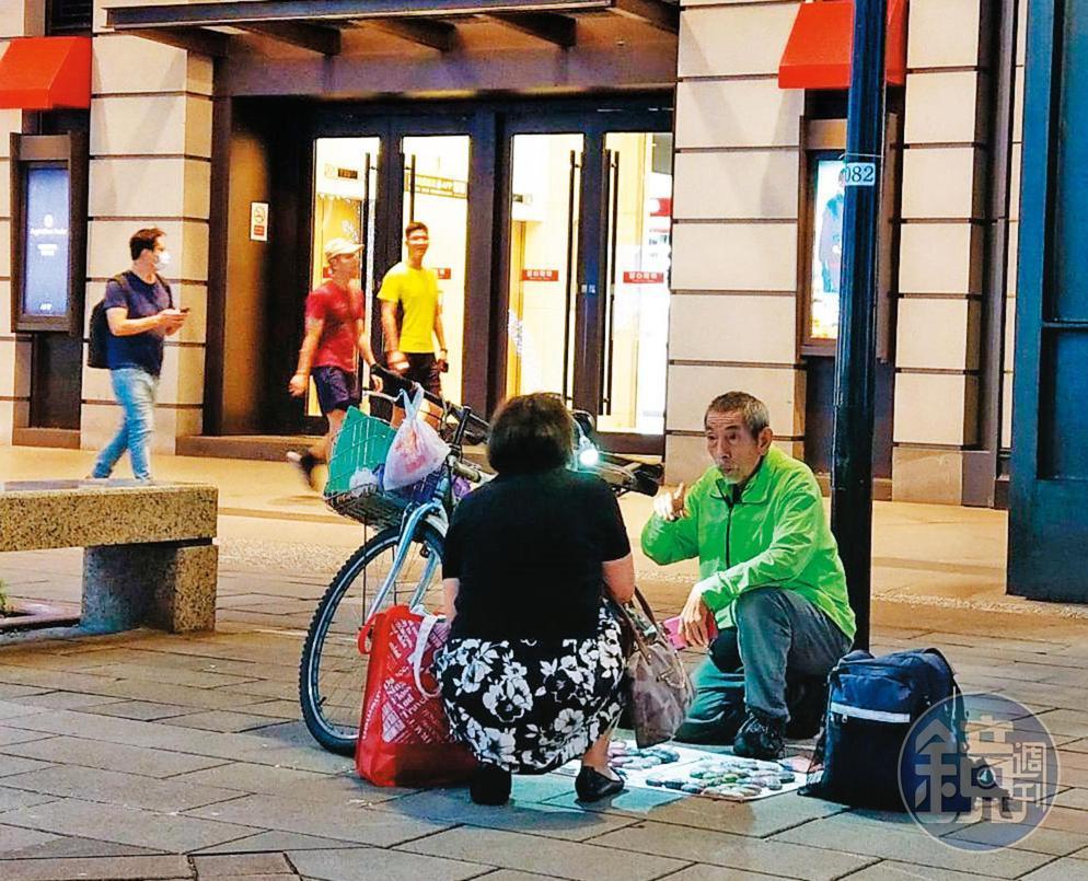 司馬中原的兒子吳融賁(綠衣)遭黑道勒索榨光積蓄,目前在北市信義區新光三越A8香榭大道設攤賣彩繪石頭,經常全天零收入。