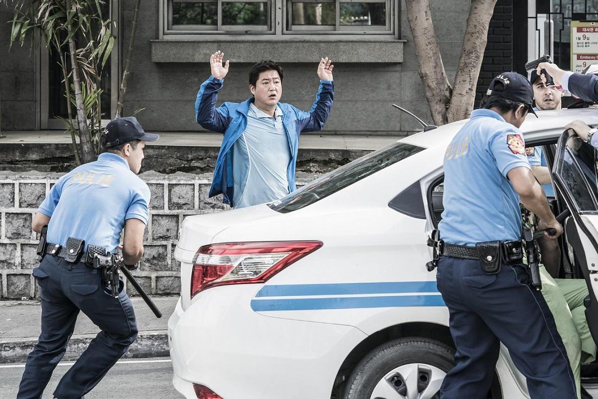 出國度假的鄉下刑警在菲律賓被誤認為殺人犯,為了脫罪他只好與同鄉一起調查整起事件。(車庫娛樂)