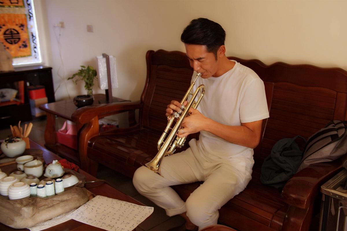 為了怕擾鄰,李李仁甚至躲在衣櫃裡練習吹。(東森提供)