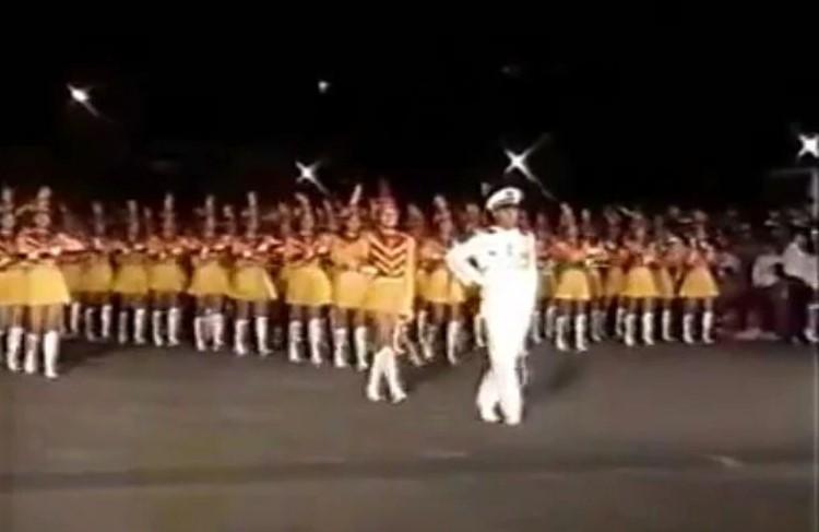 劉德華現身民國82年的國慶晚會,舉著指揮刀率領景美女中樂儀隊進場。(翻攝自「wyr0828」YouTube頻道)