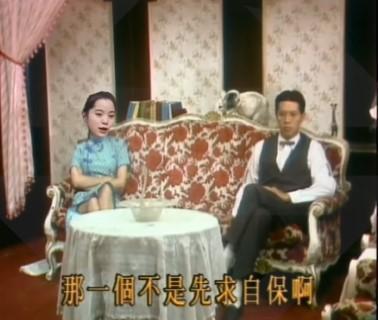 網友惡搞30年多前歐陽龍主演的經典八點檔《藍與黑》,將歐陽娜娜的臉Key上去,父女展開反共、舔共辯論。(翻攝自島民抗中聯合YouTube)