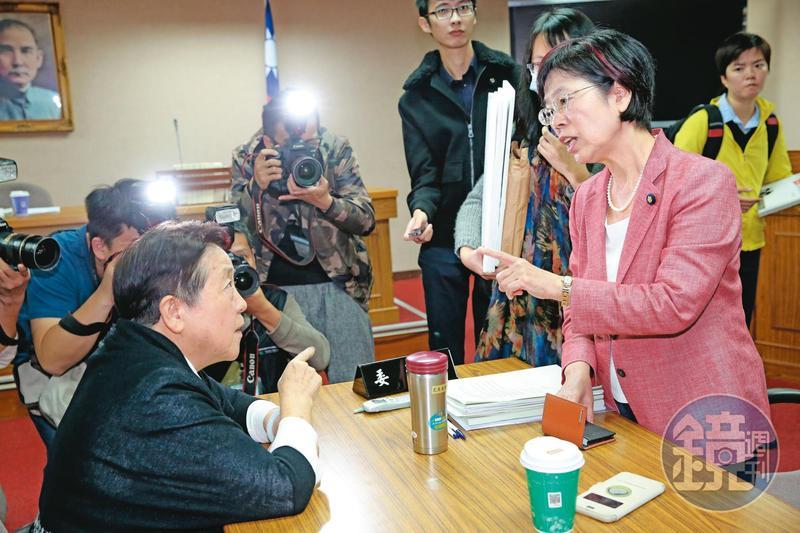 2016年11月,前立委謝啟大(前左)在公聽會上發表聳動、錯誤的反同言論,尤美女(前右)試圖溝通,一言不合吵了起來。