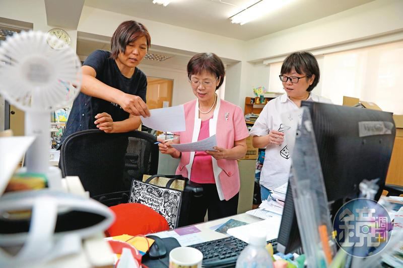 卸任立委後,尤美女(中)持續協助婦女新知推動後續修法、教育等工作。