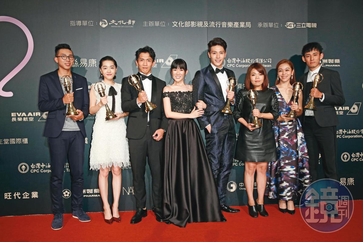 柯貞年(右三)編導的《天黑請閉眼》贏得電視金鐘獎戲劇節目獎等多項肯定。