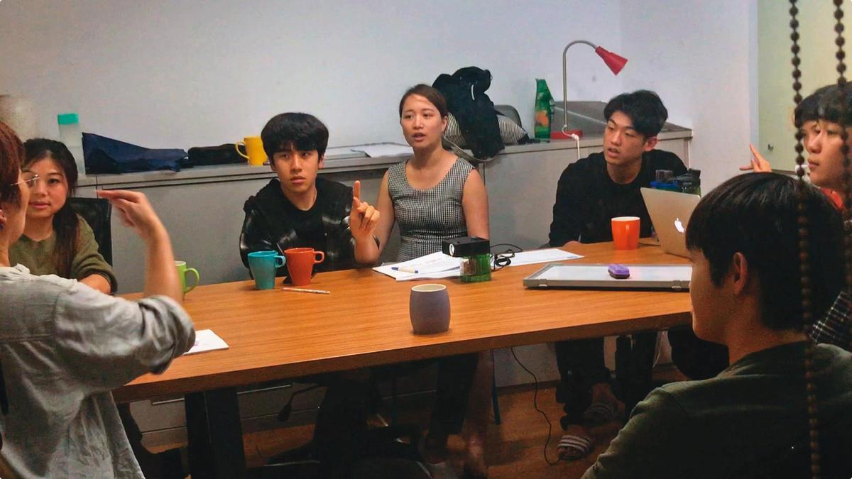 由於劇情需要,影片開拍前,包括金玄彬(左)等演員們一起學習手語。(CatchPlay提供)