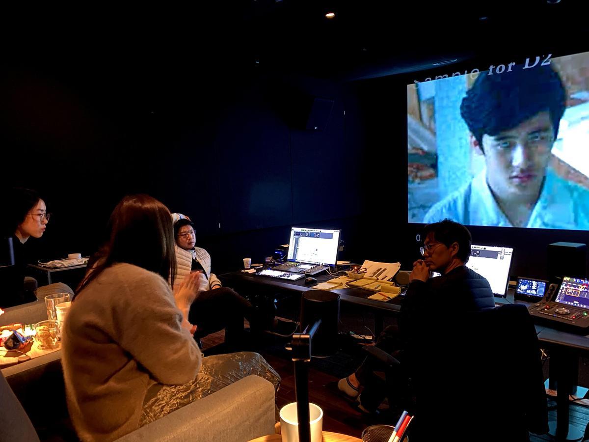 導演柯貞年與韓國聲音指導李東煥(右)、音效指導金東漢(後排左二)討論聲音後期。(CatchPlay提供)