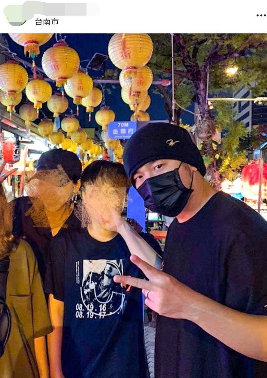 民眾將巧遇天王這段經歷轉發在台南爆料公社。(翻攝《台南爆料公社》)