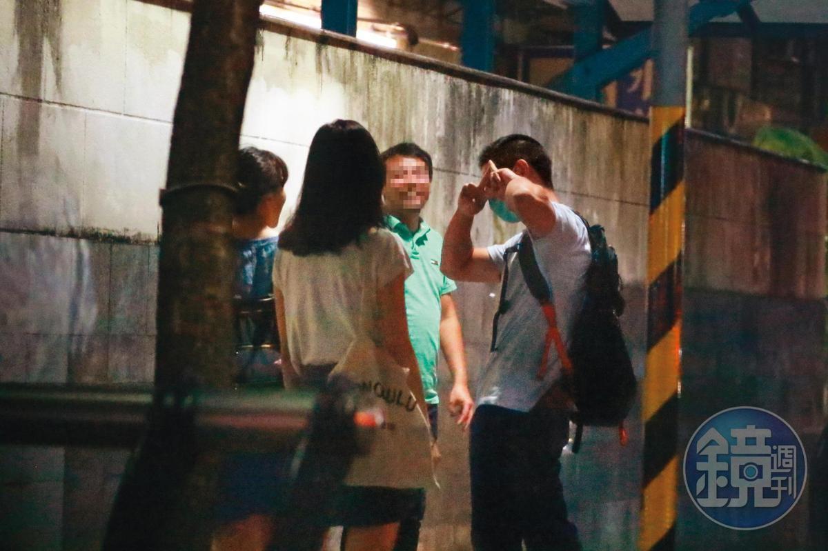 9/3  00:27  比完神祕手勢之後,吳怡農(右)又忙扮可愛,在女友(左二)面前賣力耍萌。