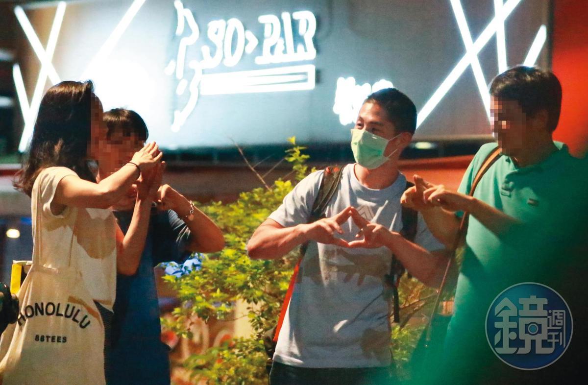 9/3 00:26  吳怡農(右二)與身邊男女一起做出「梅克爾菱形」的手勢,看來是個頗有共識的團隊。