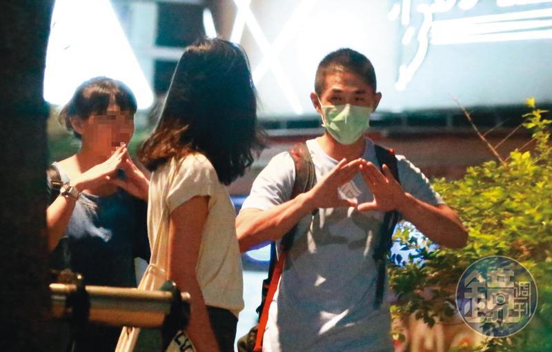 9/3  00:25  邊走邊擺出神祕手勢,吳怡農(右)感覺頗嗨,露出政治人物私底下的活潑面。