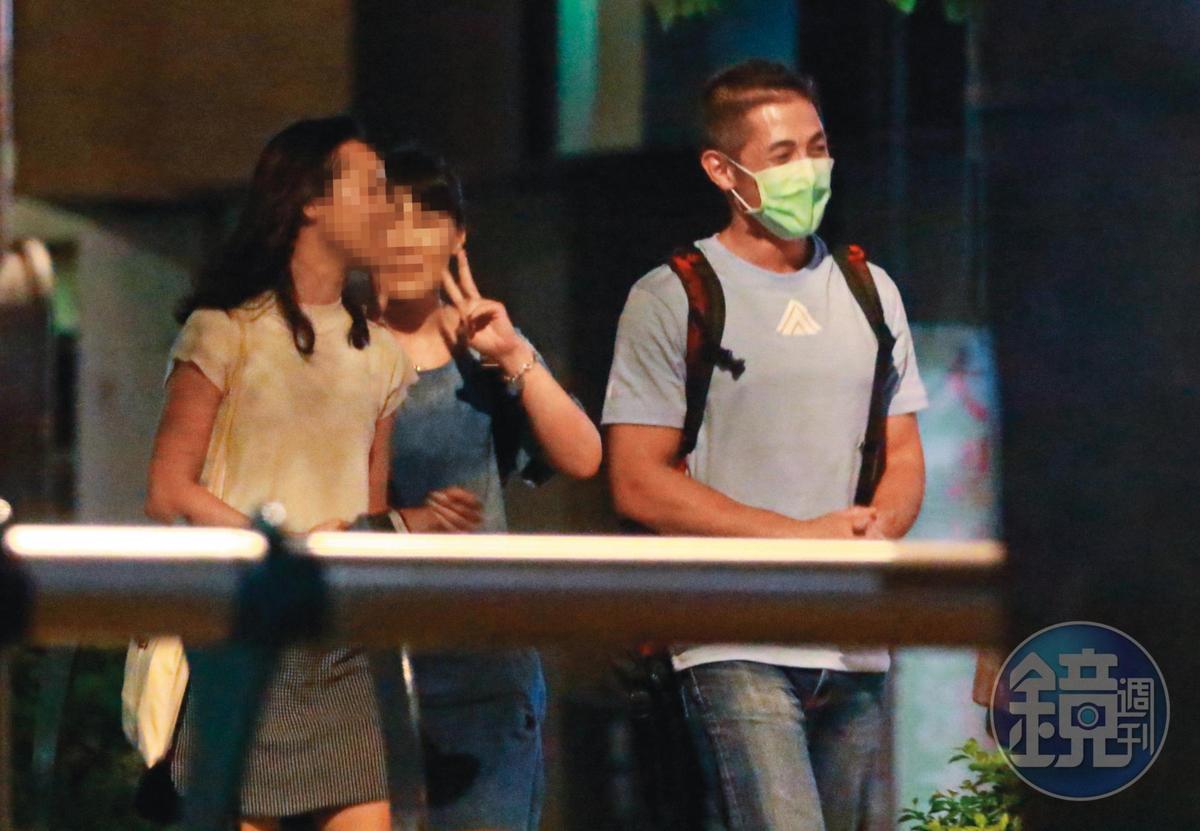 9/3  00:24  吳怡農(右)用完餐後,與女友(左)及其他男女路上漫步,看來情緒高昂。