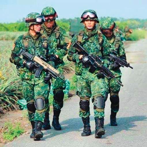 吳怡農(前排右)曾經到陸軍特戰部隊服役,而有「特戰男神」的響亮封號。(翻攝自吳怡農臉書)