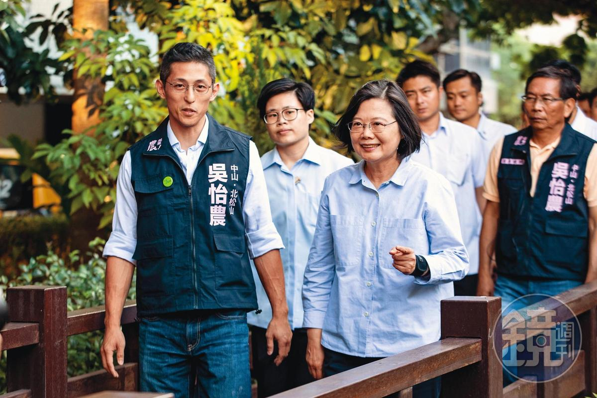 身為偶像級的政治人物,吳怡農(左)除了頗受民進黨內重視,民間對於他參選台北市長的呼聲也不算小。右為總統蔡英文。