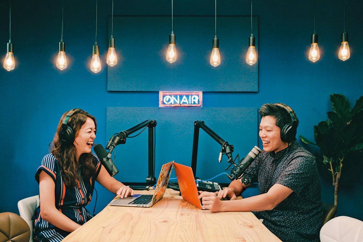 凱莉(左)、Ken(右)主持的《百靈果NEWS》,常位居Apple Podcasts前三名。(翻攝自國際狗語日報X百靈果NEWS臉書)