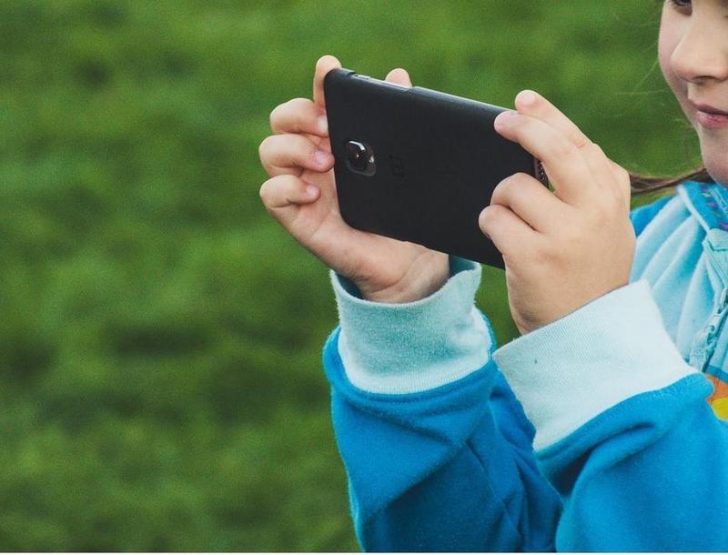 一名網友透露就讀小6的女兒偷帶手機到學校,還開網路分享給同學藉此「收錢」。(示意圖,翻攝自Pexels)
