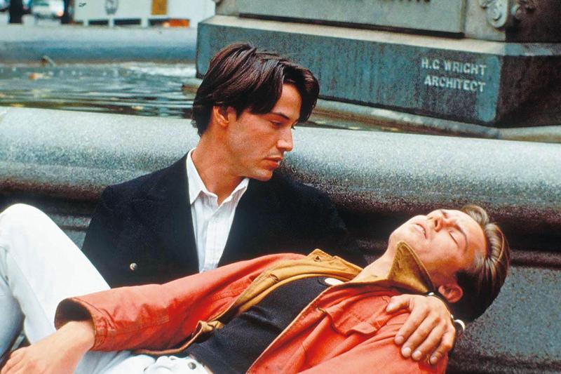 瑞凡菲尼克斯與基努李維分飾流落街頭的男妓與行為放蕩的紈褲子弟,兩人拋下偶包綻放演技光芒。(華納提供)