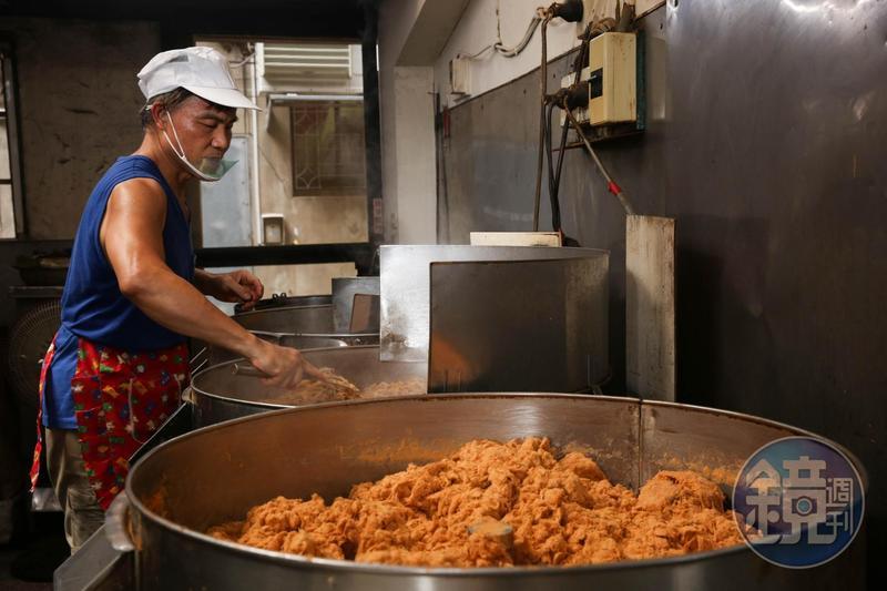 現宰溫體豬肉得在屠宰後4小時內下鍋,葉日棟守在鍋爐前持續翻攪,直到肉汁收乾。