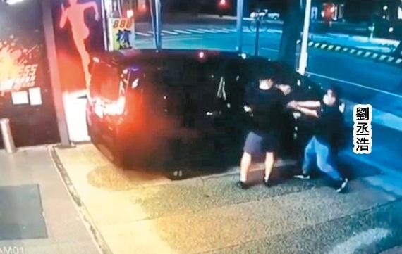 槍手劉丞浩埋伏在健身房外,趁館長上車之際朝他開槍。(翻攝畫面)