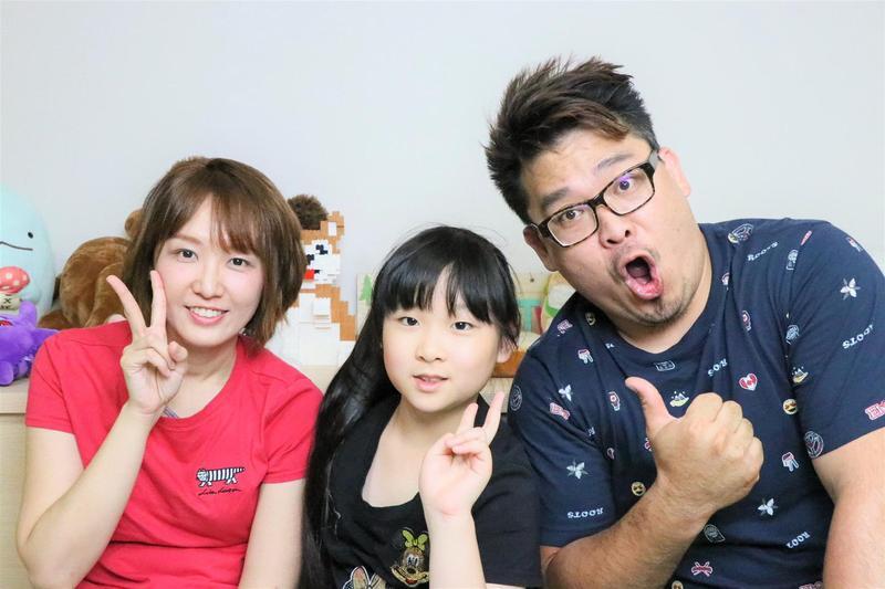 妞妞和父母一起經營的「妞妞TV」頗受小朋友及家長喜愛,擁有近90萬訂閱數。(妞爸提供)