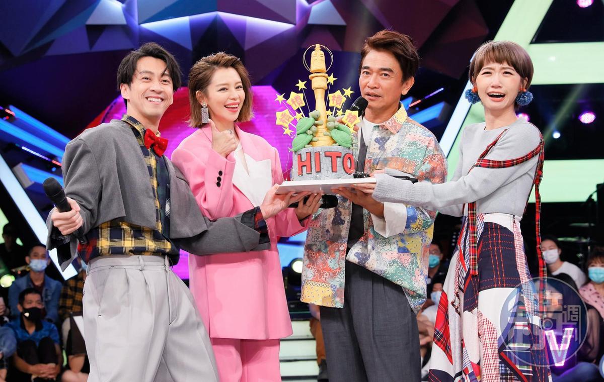 陳漢典(左一)、吳宗憲(右二)、Lulu(右一)金鐘主持連四槓,徐若瑄(左二)特別送上「槓龜」翻糖蛋糕激勵。
