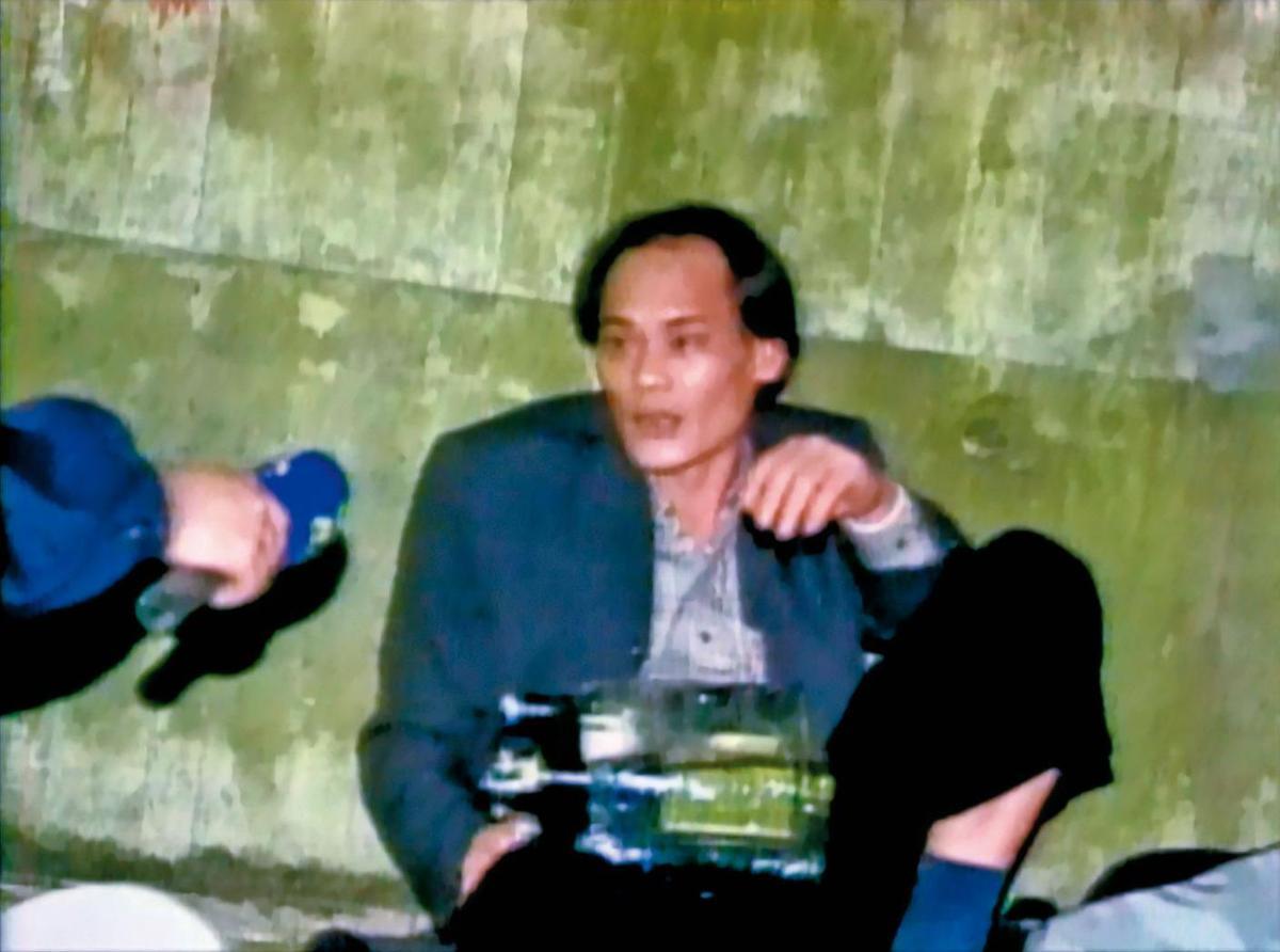 黃金生抱著汽油彈,接受警察喬裝的記者採訪,訴說委屈與不平。(東森新聞提供)