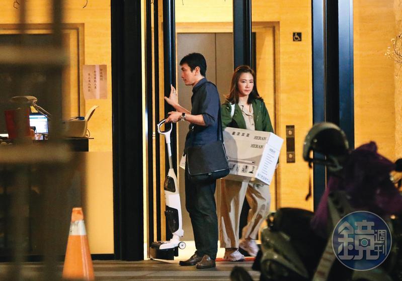 10月5日19:16,謝忻抱著一台吸塵器,男友幫忙開門展現貼心。