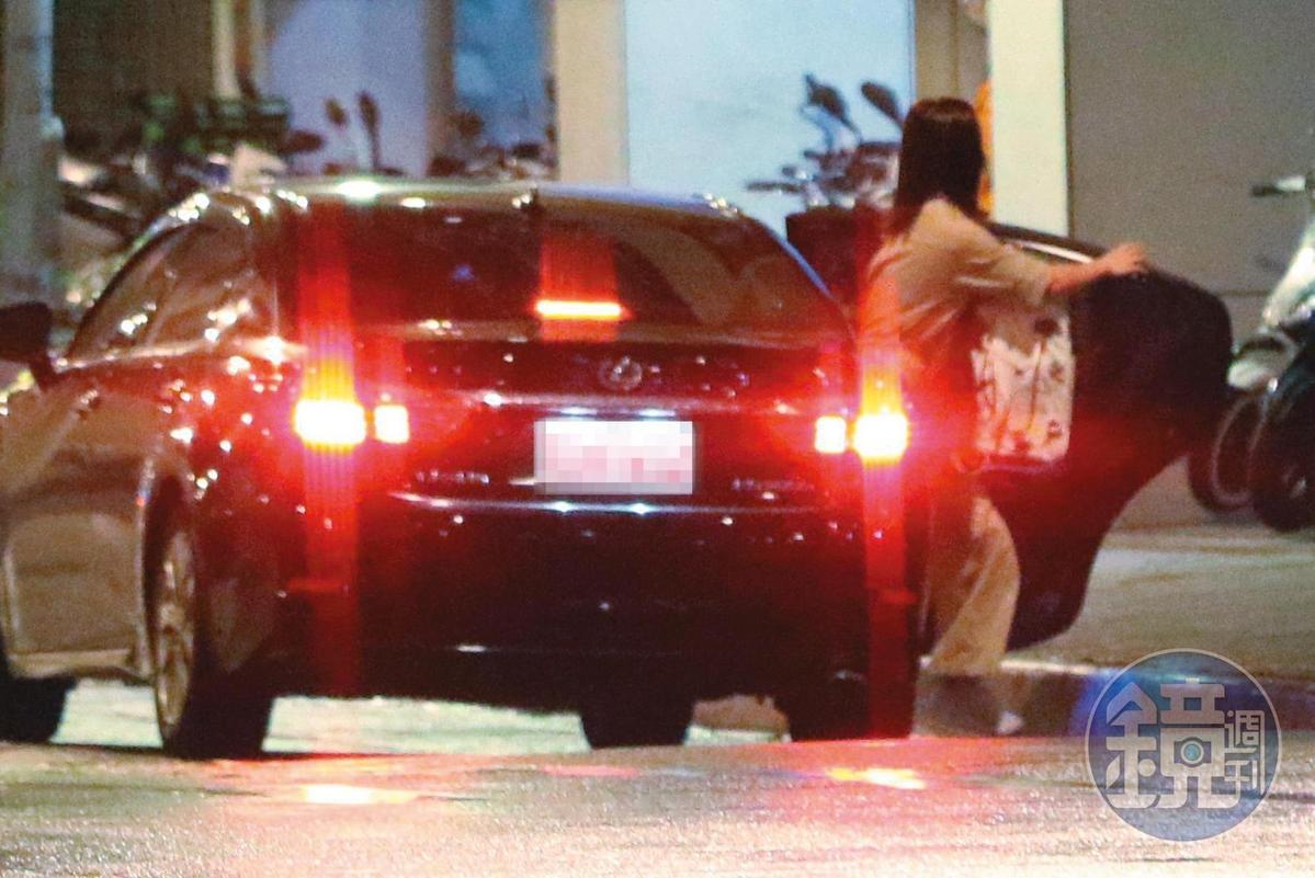 21:53,奧迪男載謝忻到微風廣場附近後就離開,2個多小時後,謝忻獨自叫車返家。