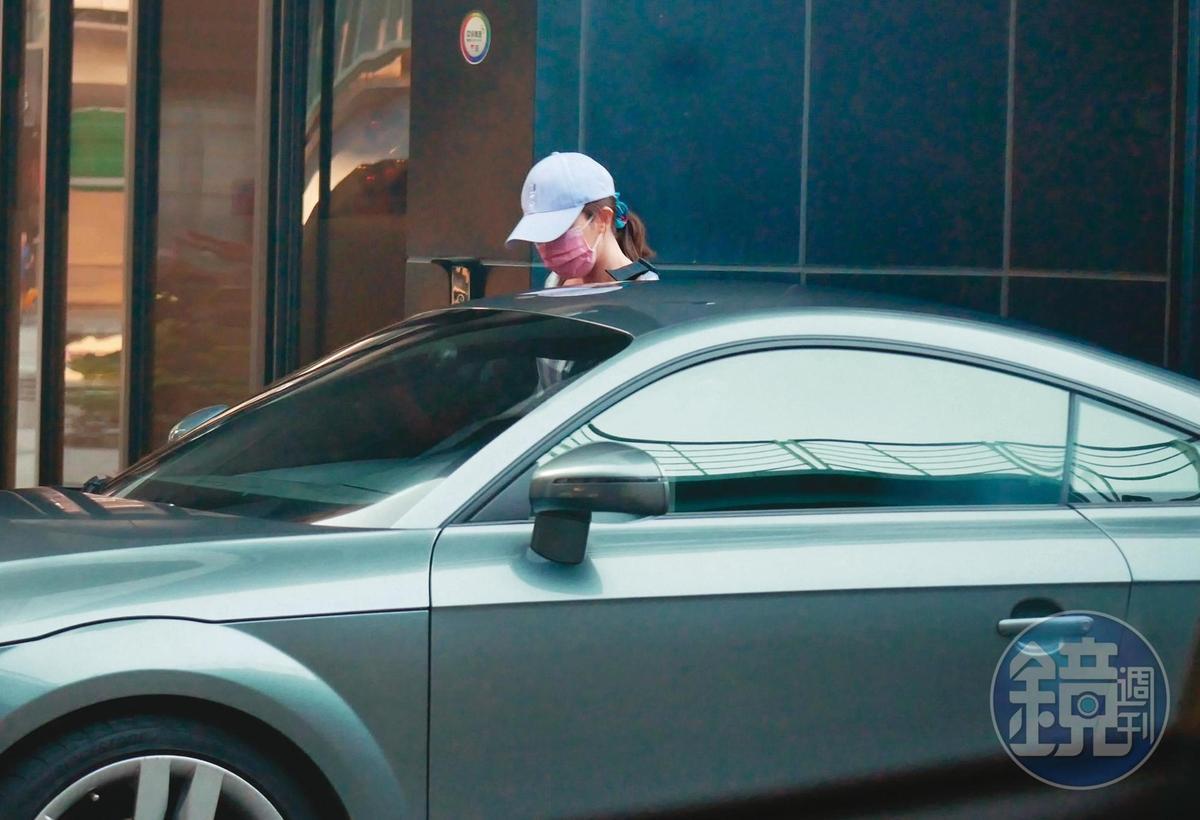 10月4日16:43,謝忻包緊緊出現在自家樓下,奧迪男現身接送。