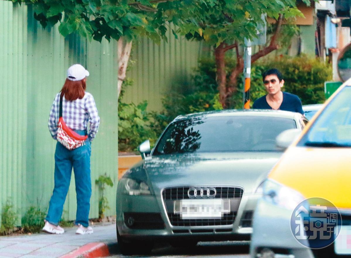 17:19,2人車開到天母西路的小巷中停後下車。