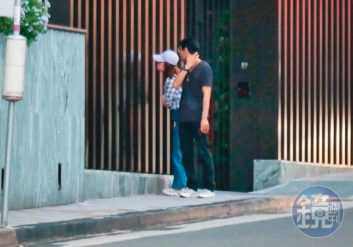 17:36,經過路邊新建案,謝忻和奧迪男探頭探腦往裡頭觀察,卻沒有進去賞屋。
