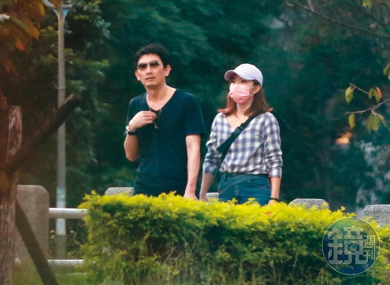 10月4日17:42,謝忻和奧迪男走到河濱公園,眼見人潮稀少,不禁越貼越近。