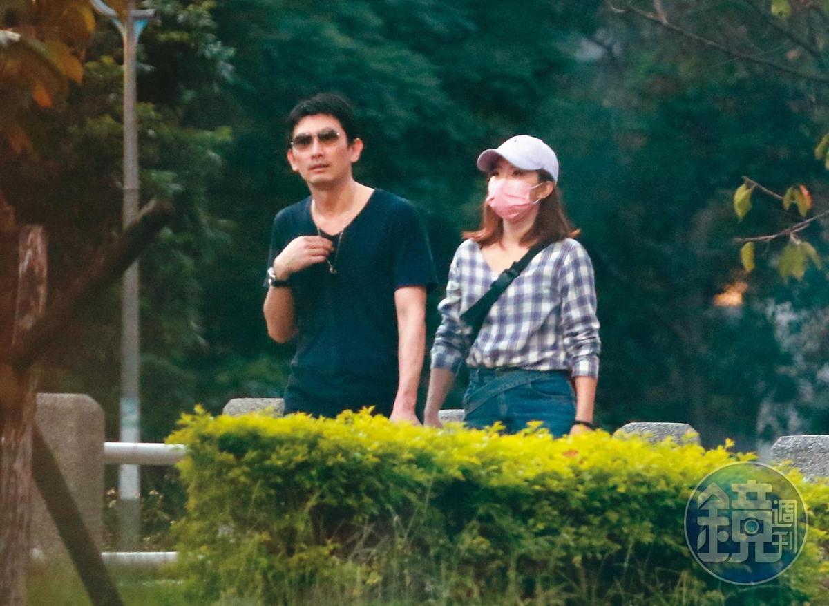 17:42,謝忻和奧迪男走到河濱公園,眼見人潮稀少,不禁越貼越近。