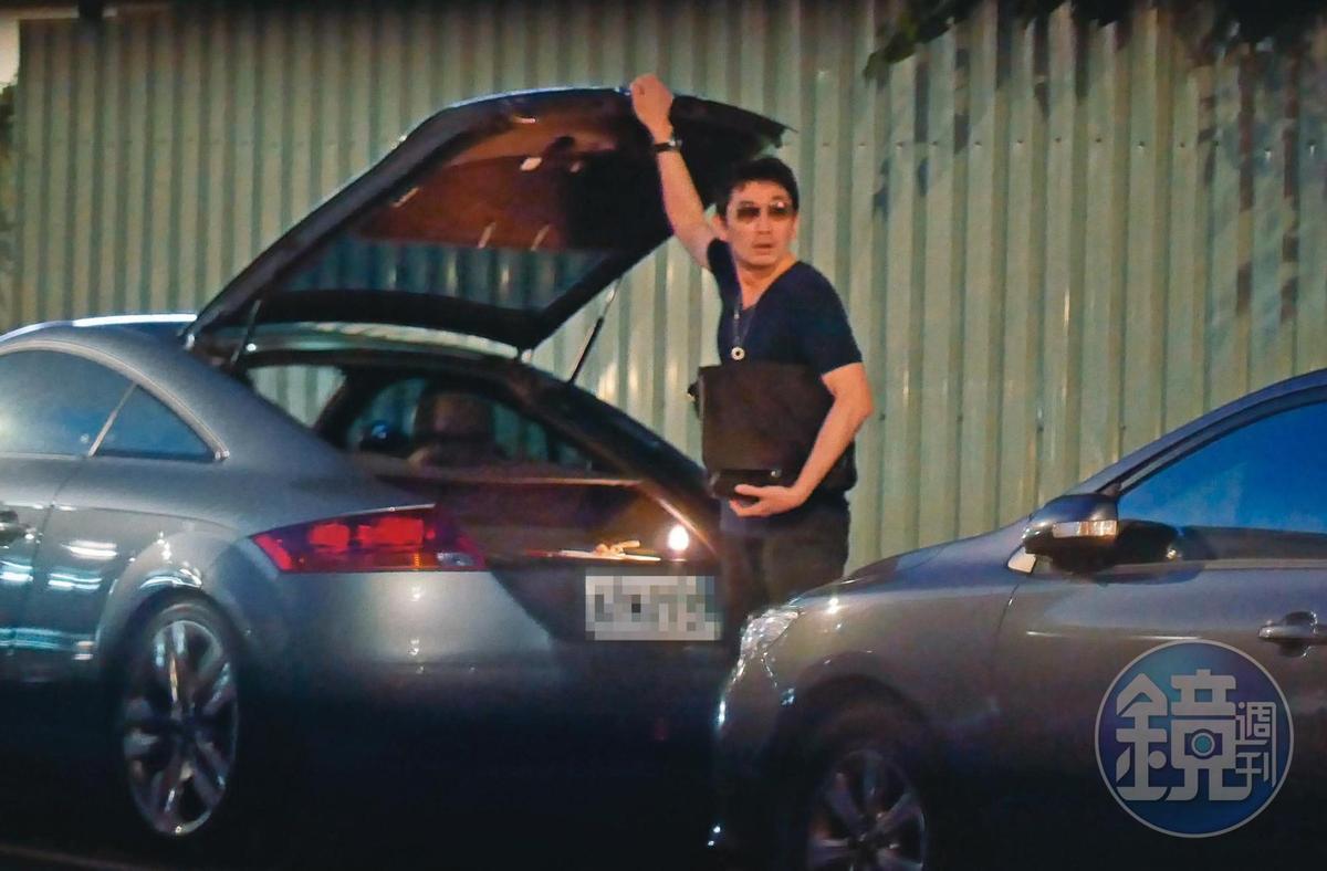 18:07,謝忻和男友都開奧迪,男友的奧迪TT要價約266萬元,男友一路不時左顧右盼。
