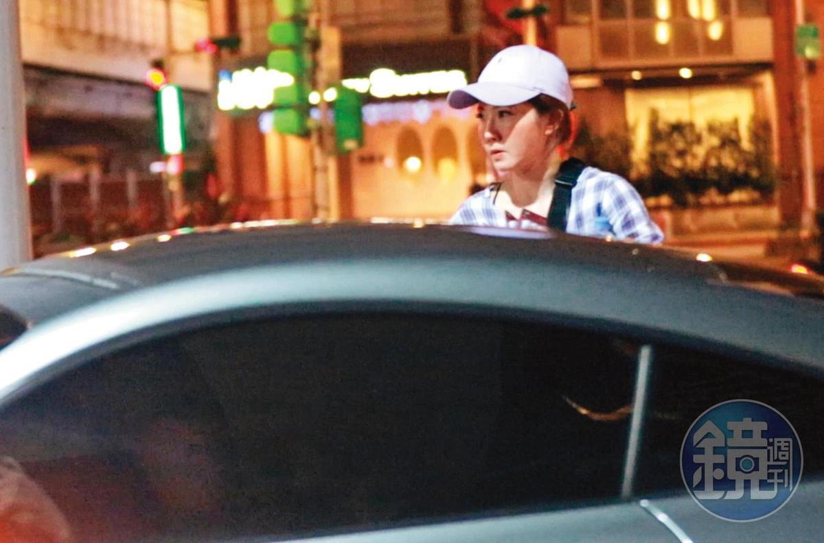 21:02,奧迪男將謝忻接送到家中後,就自己開車返家。