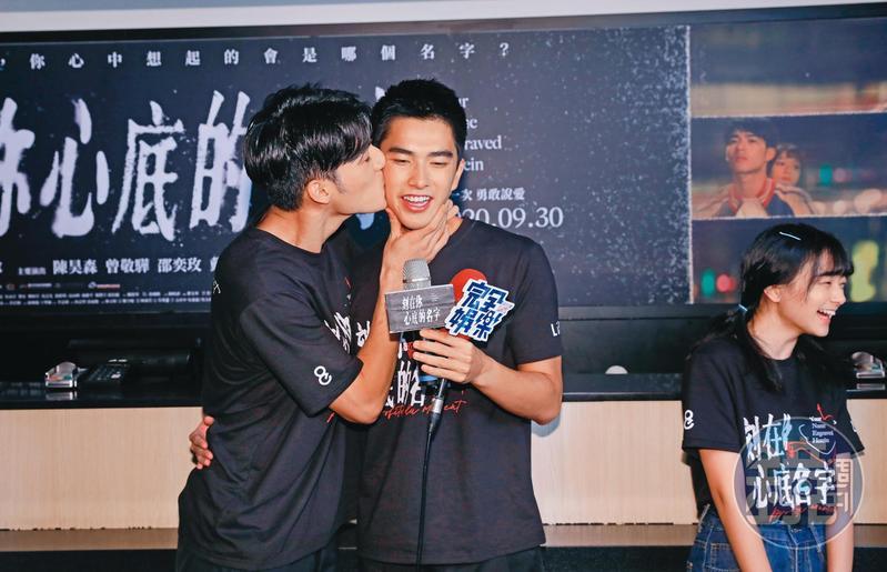 陳昊森(左)在一日售票員活動被拱強吻曾敬驊(右),史稱「強人鎖男」。