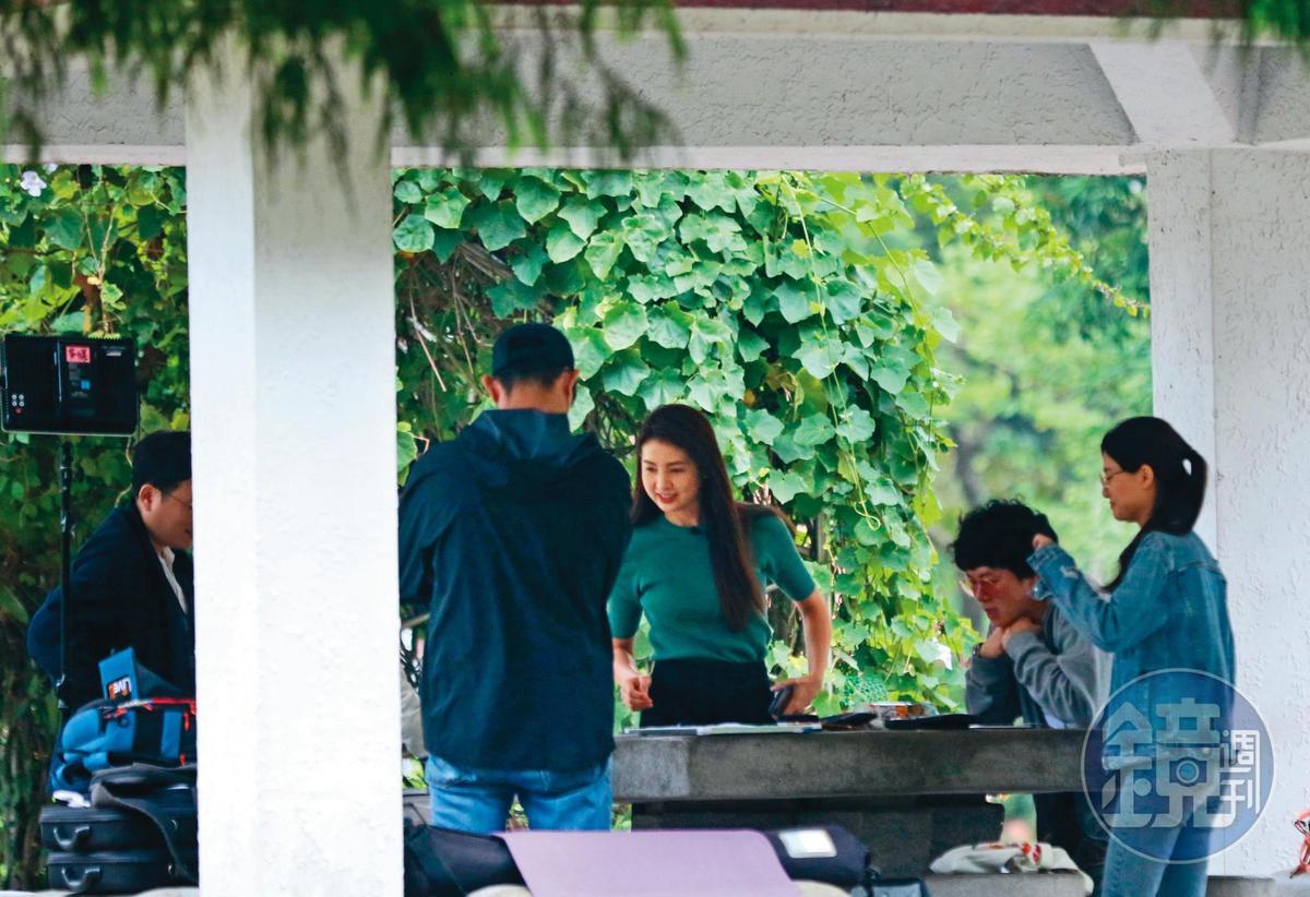 韋汝(左二)狂接通告,大部分時間都在工作中度過。