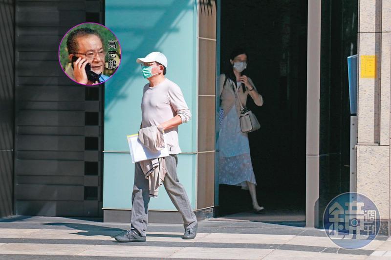 10/04 14:09 本刊直擊高志鵬自外役監休假返家72小時,祕戀中的女友天天相伴,2人戴著口罩、出入低調,還刻意一前一後踏出家門。