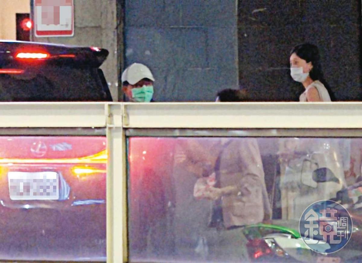 21:38 聚餐尾聲,高志鵬與母親招呼親友搭車,高的女友也主動上前陪同送客。