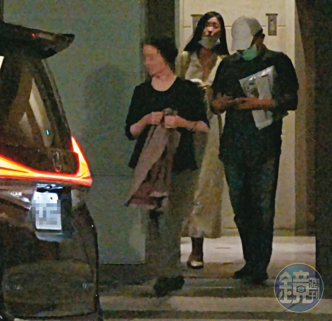 10/03 18:16 高志鵬與母親、女友下樓準備出門參加中秋家族聚餐。