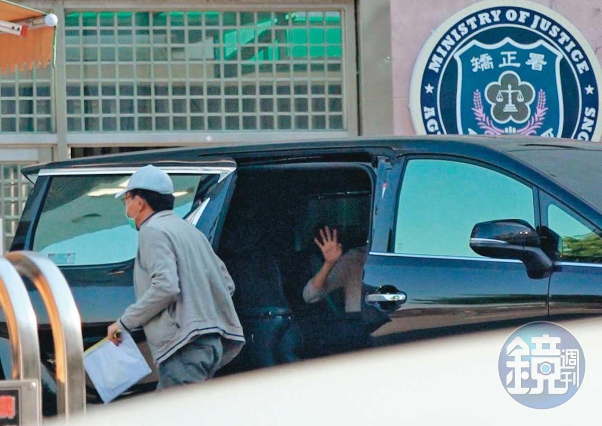 10/04 15:35 高志鵬一身鴨舌帽、口罩準時返回八德外役監,女友一路隨車相伴,還離情依依揮手向他道別。