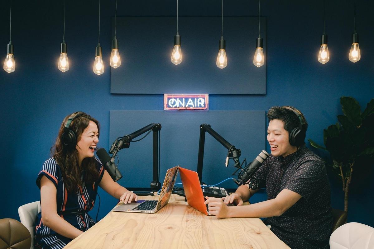凱莉(左)、Ken(右)主持的《百靈果NEWS》長期占據Apple Podcasts前三名。(翻攝自《國際狗語日報X百靈果NEWS》臉書)