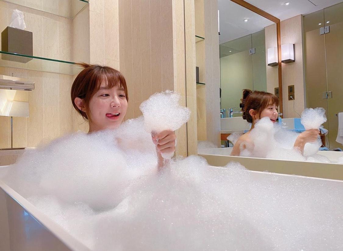 洪詩宛如賢內助,還貼上入浴照幫代理泡泡沐浴粉的李運慶推銷產品。(翻攝自洪詩IG)