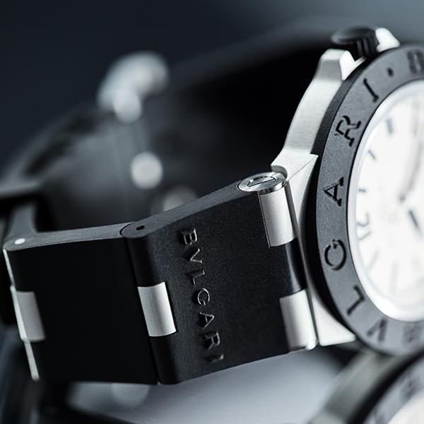 錶耳的結構因應錶徑的調整做了修改,將初代的錶殼和錶耳相連的設計獨立出來,變成分離的結構,因此佩戴時的靈活度也變得更好。
