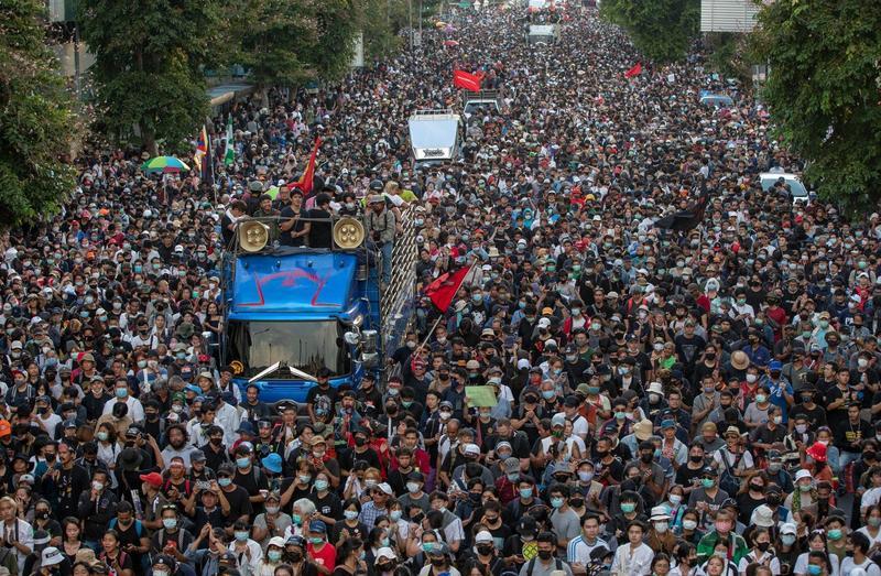 泰國再掀起反政府浪潮行動,要求總理帕拉育下台。(翻攝Tola Shola)