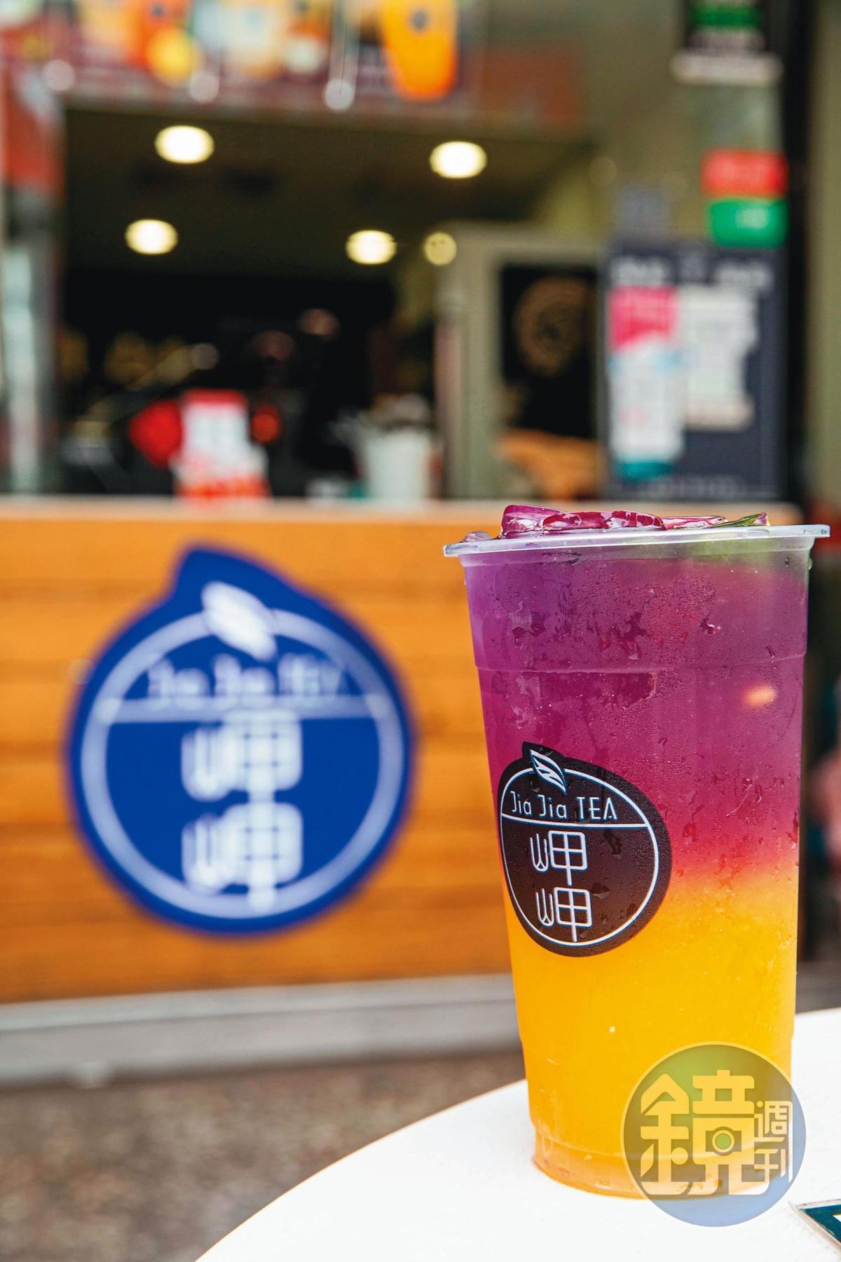 因吳念忠是金門人,旗下茶飲品牌還有一款以蝶豆花研發的飲品,呈現金門藍眼淚的奇景。(藍眼淚-午後豔陽,75元/杯)