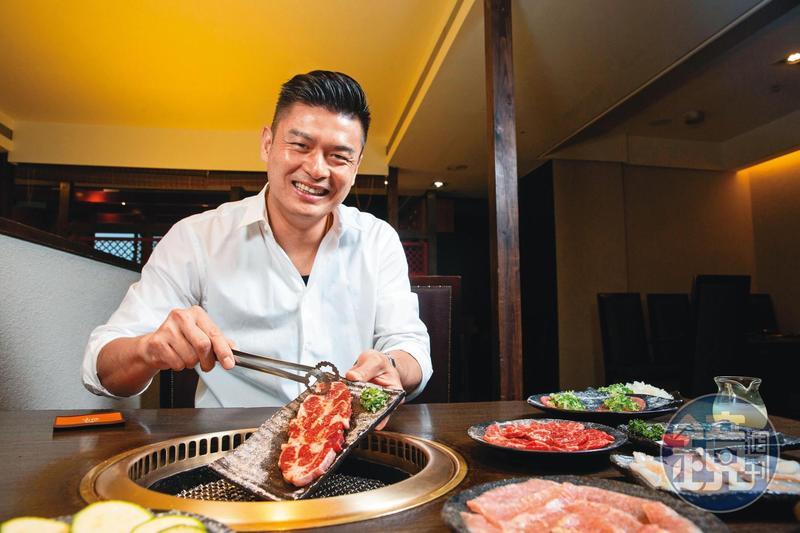 吳念忠賣燒肉15年,以精修的肉品和貼心服務站穩市場,年營收至少8億元。