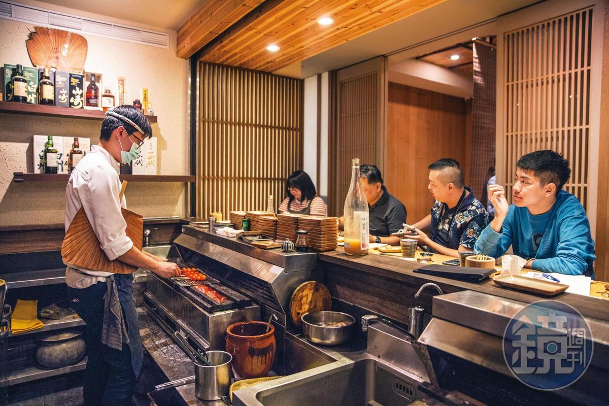 連續10年得到米其林一星的日本串燒店鳥喜,由橘焱代理引進,必須以備長炭搭配團扇烤製,台灣店也連續3年獲得米其林餐盤推薦。